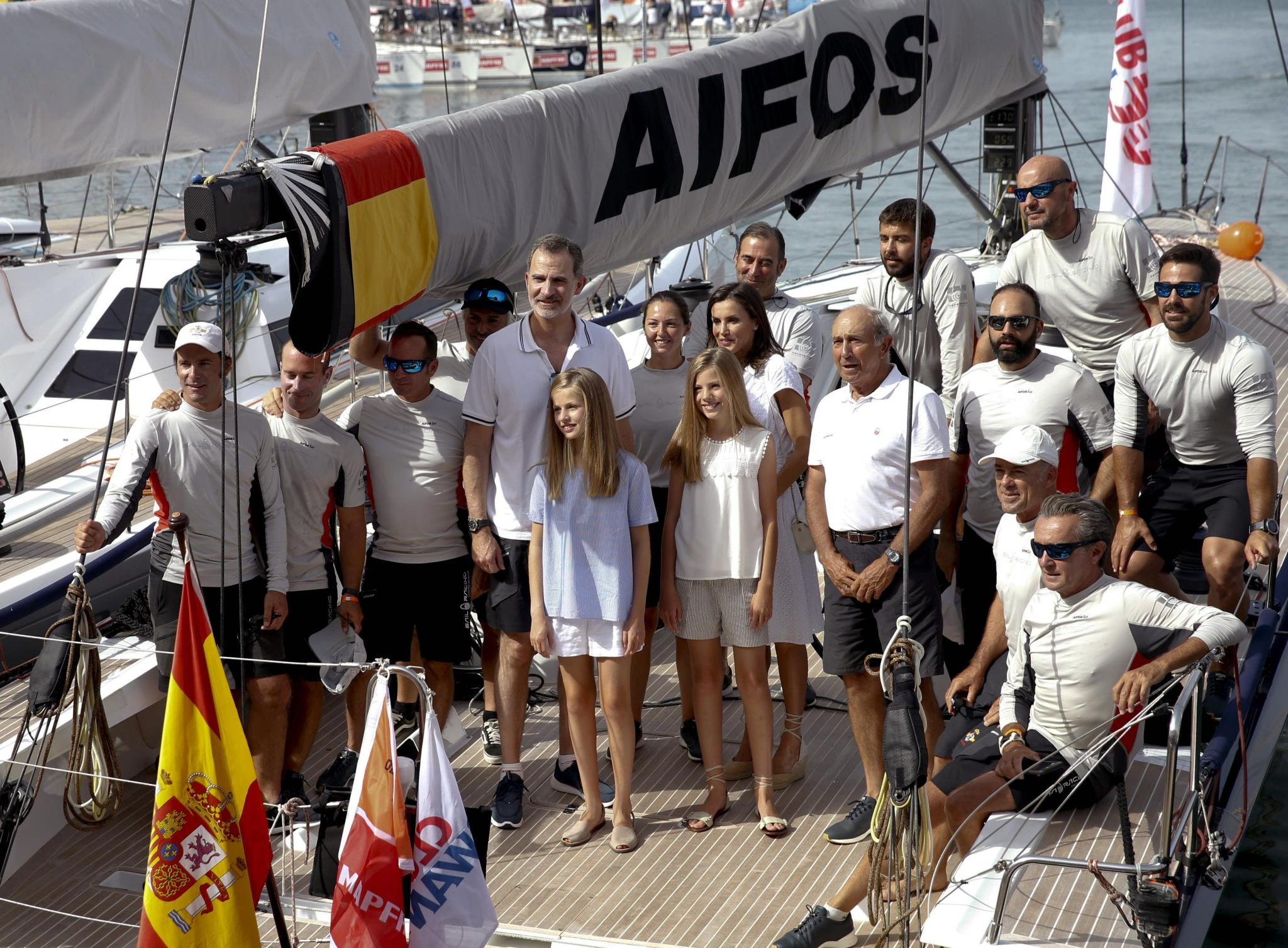 Los reyes y sus hijas hacen su primera aparición en el club náutico de Palma
