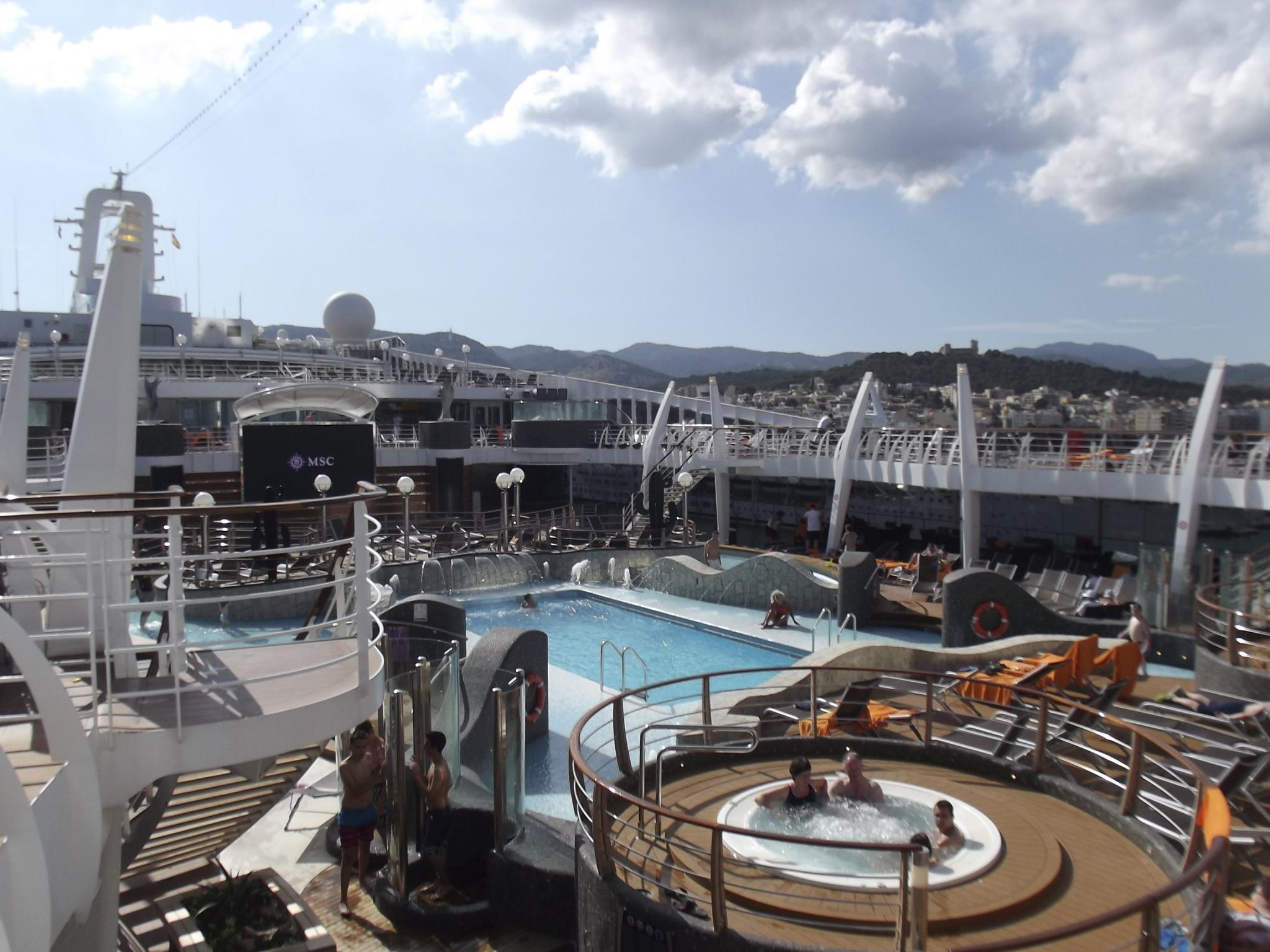 PALMA. CRUCEROS. El crucero ' MSC Divina ' inauguró ayer sus visitas a Palma