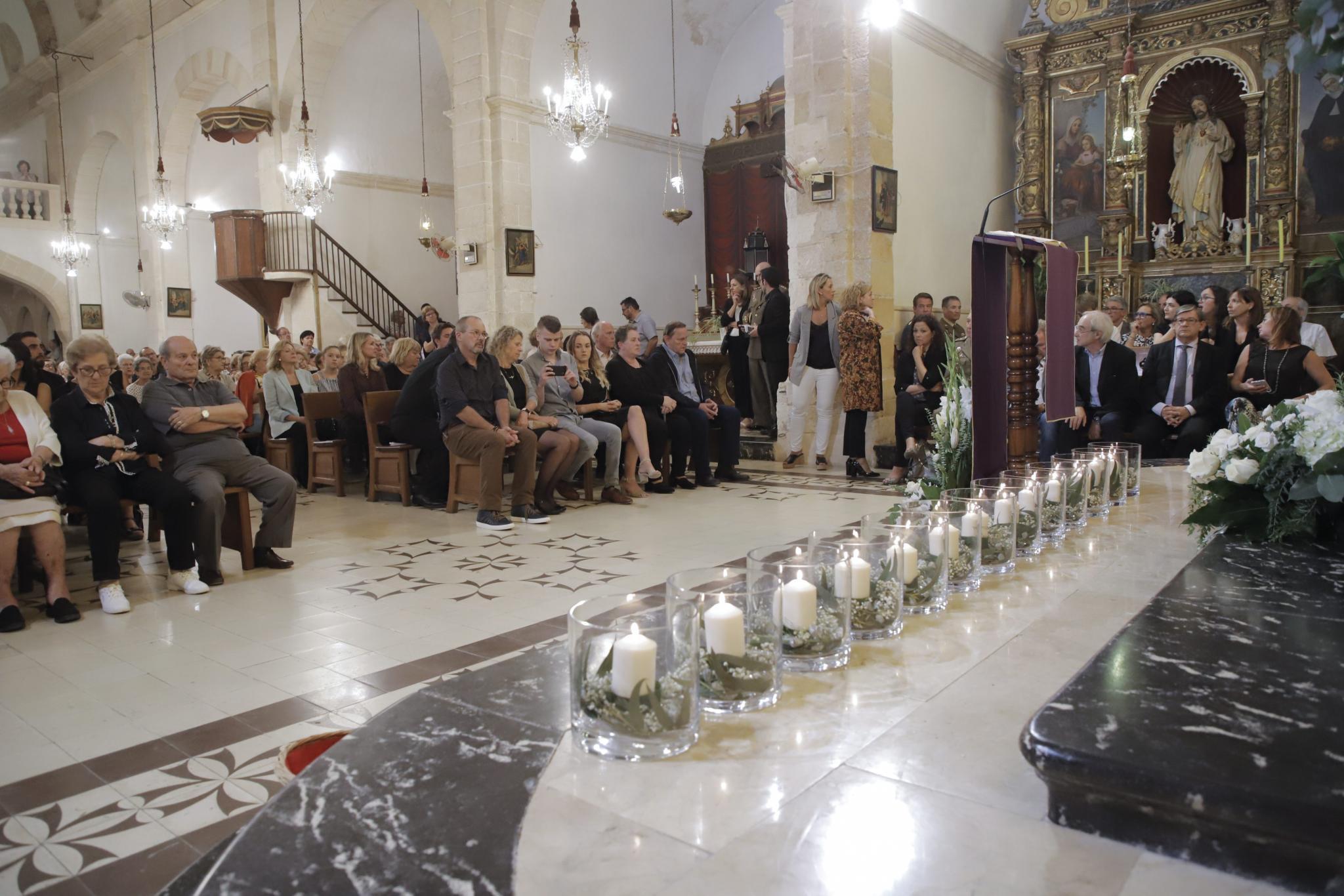 SANT LLORENÇ. INUNDACIONES. TORRENTADA. Flores, globos y 13 velas en recuerdo de las víctimas.