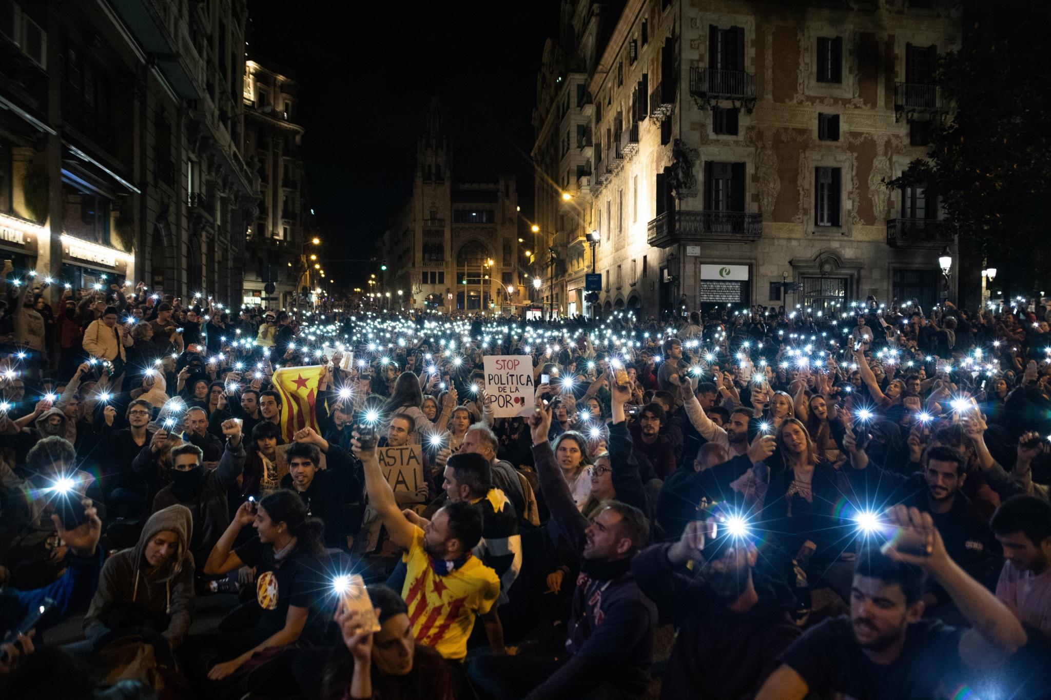 Concentración frente a la Jefatura de Policía en la séptima jornada de protestas en Barcelona contra la sentencia del procés a 20 de octubre de 2019