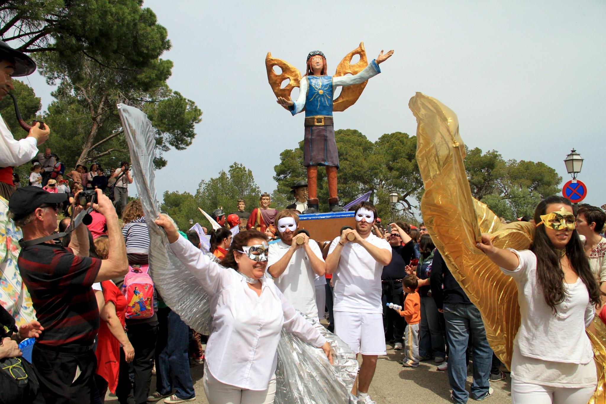 NUMEROSOS PALMESANOS CELEBRARON EL DIUMENGE DE L'ANGEL EN EL CASTELL DE BELLVER.