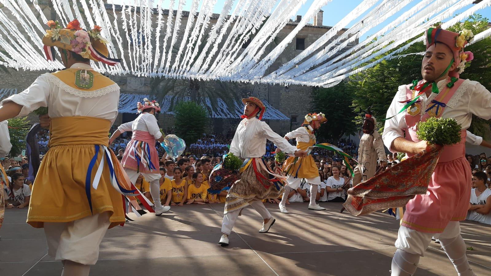 Los Cossiers salen a danzar de estreno en honor a la Mare de Déu d¿Agost.