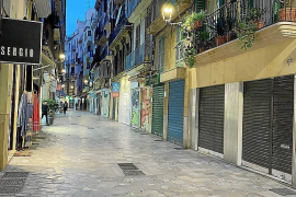 Employers publish photos of Palma shops closing early and with 'closed' and 'transfer of ownership' signs to highlight drop in trade.