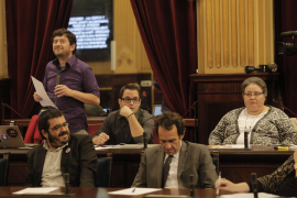 "Podemos call for tourist ""containment"""
